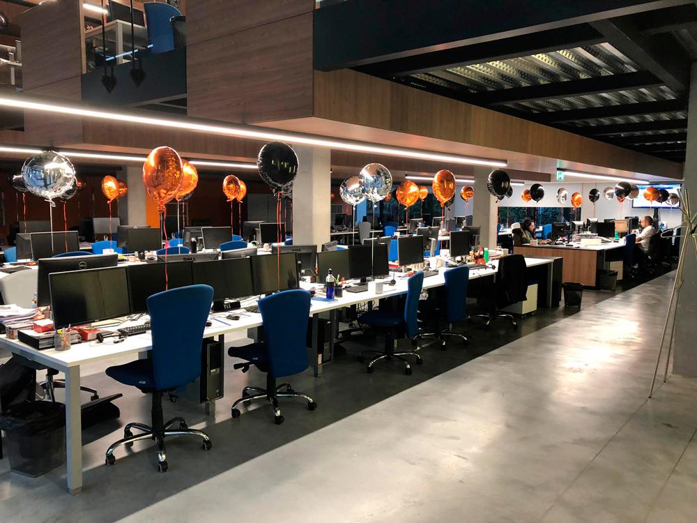 interior oficina con globos